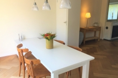 Diningroom with vintage chairs and off-white diningtable